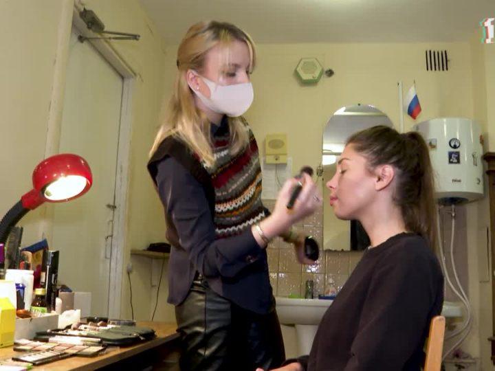 Клей для усов, искусственные морщины и парики